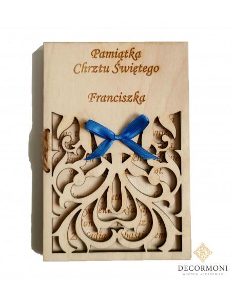 chrzest kartka drewniana z twoimi życzeniami i śliczną kokardką