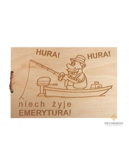 kartka z drewna dla emeryta z grafiką emeryta wędkarza