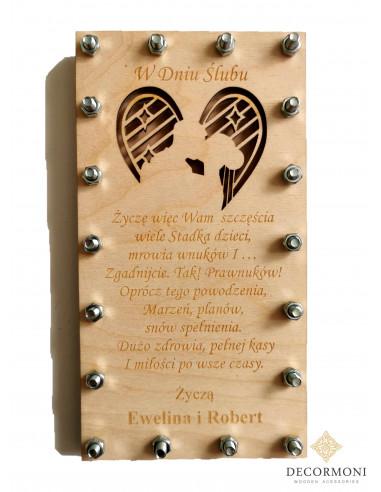 kartka ślubna z drewna zakręcona na śruby
